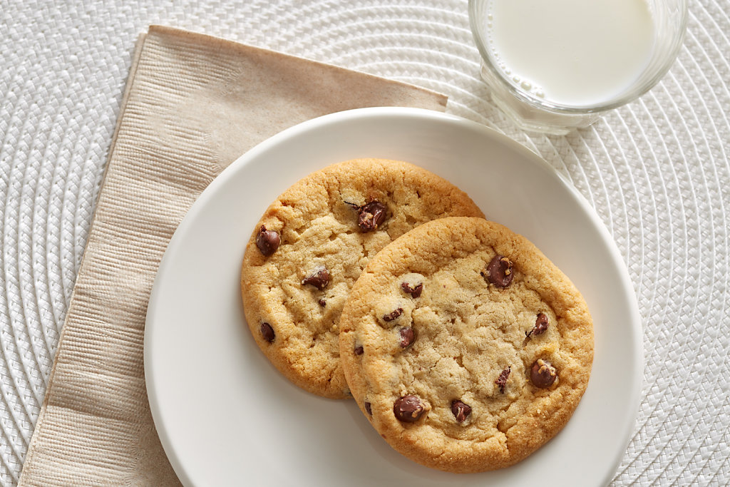 Chocolate-Chip-Value-Line-1oz-Cookie-with-Milk-Glamour.jpg